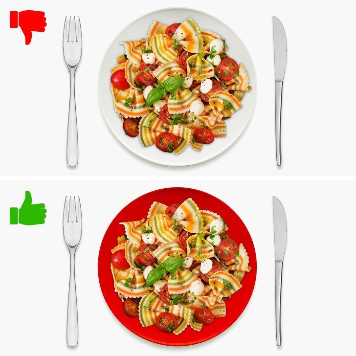 خوردن غذای ناسالم در ظرف قرمز