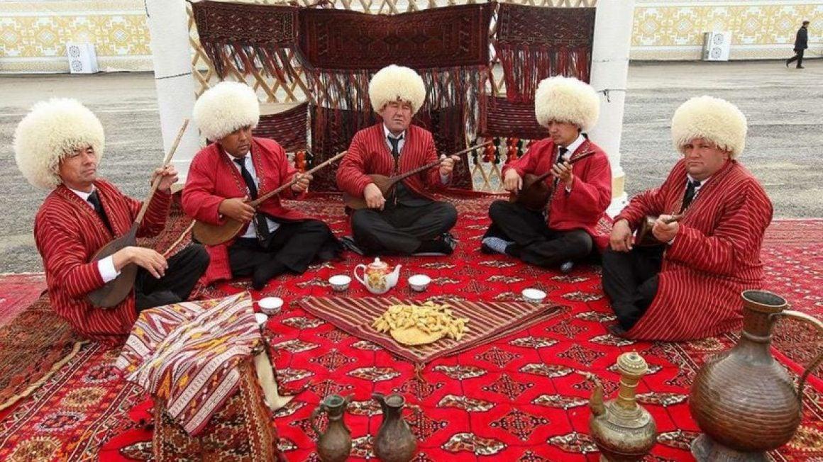 وشاک و لباس محلی بانوان ترکمن کلاهکی بزرگ دارد که استوانهای است و پیراهنی بلند و البته ساده که بیشتر با رنگهای شاد است.