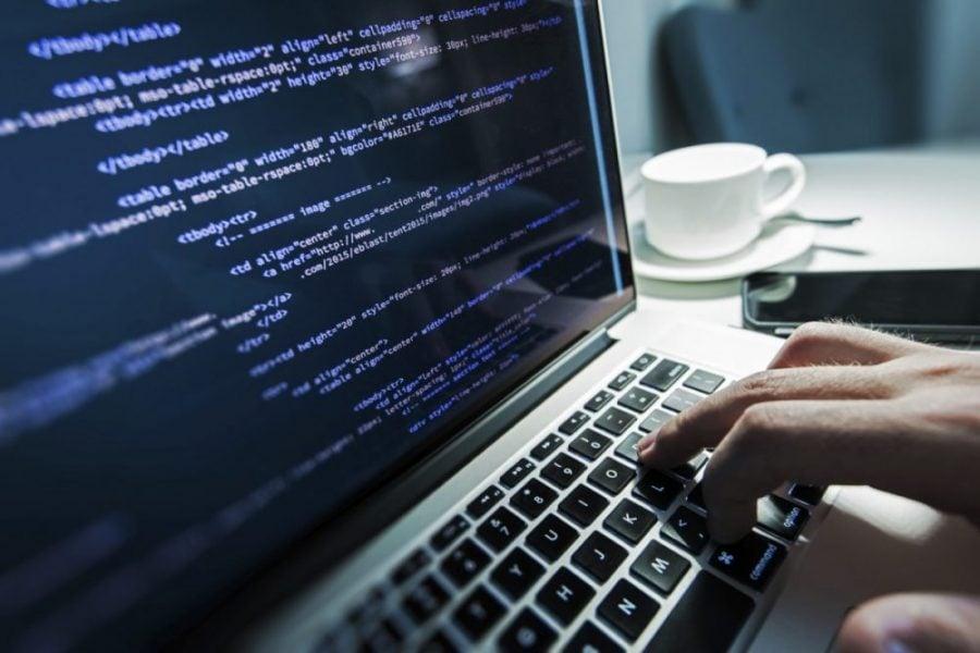 پرستیژ برنامه نویس و برنامه نویسی یکی از اولین عللی است که عوام را به آن سمت میکشاند.
