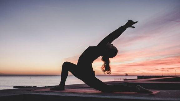 10 حرکت برتر یوگا که تسکیندهنده درد کمر است را بشناسید