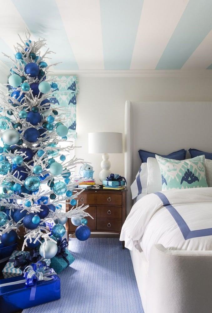 درخت کریسمس با تزیین ساحلی واقعی
