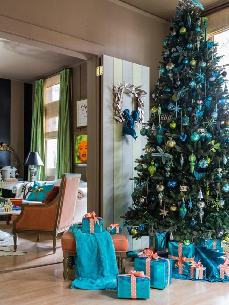 درخت کریسمس با تزیین ساحلی ترکیب فیروزهای و سبز