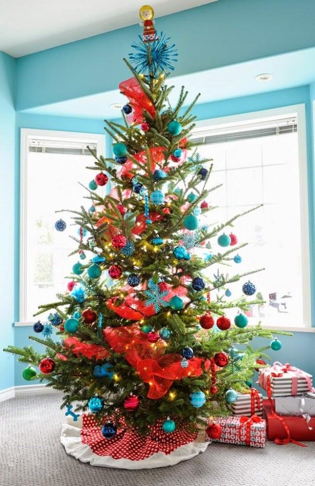 درخت کریسمس با تزیین ساحلی رنگ قرمز