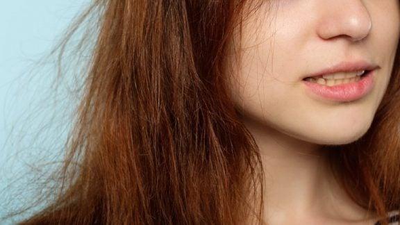 چگونه میتوانیم از شر الکتریسیته ساکن موها خلاص شویم؟ (چند راهکار ساده)